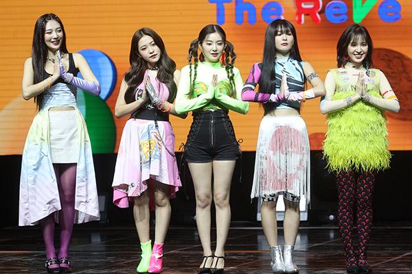 """Red Velvet vừa trở lại đã bị tố """"đạo trang phục"""""""