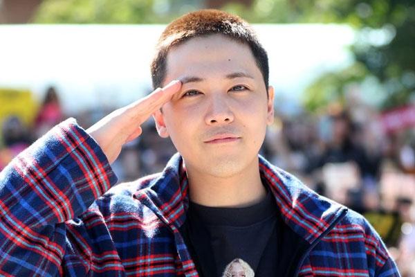 لي هونغ كي قائد فرقة إف تي آيلاند ينضم إلى الخدمة العسكرية الإلزامية