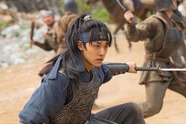 Dukung Drama Baru Lee Do Hyun, IU Kirimkan Truk Kopi ke Lokasi Syuting