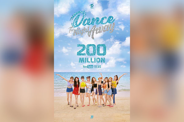 Twice bỏ túi MV thứ 11 cán mốc 200 triệu lượt xem
