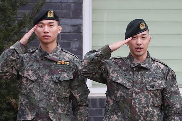 ديه سونغ وتيه يانغ من بيغ بانغ ينهيان خدمتهما العسكرية الإلزامية
