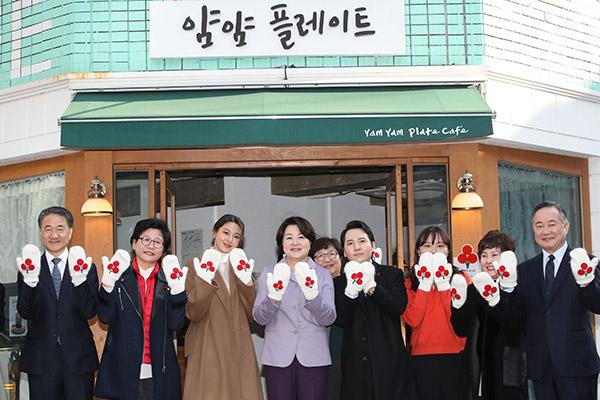 Seol-hyun đồng hành với Phu nhân Tổng thống Moon Jae-in trong sự kiện từ thiện