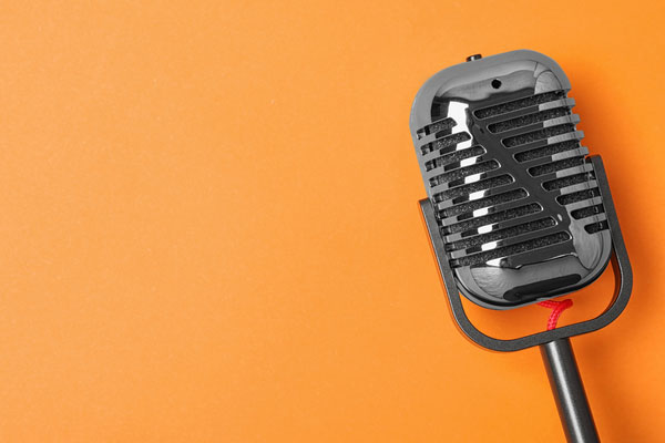بيع مكبرات صوت لفرقة بي تي إس في مزاد خيري