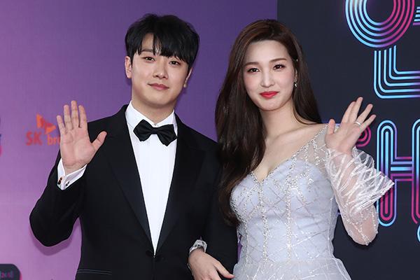 Choi Minhwan FT ISLAND & Yulhee Menyambut Kelahiran Anak Kembar