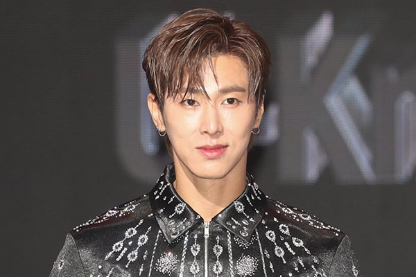 U-know Yunho registra patente de mascarilla