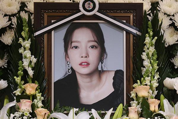 """Anh trai Goo Ha-ra: """"Mẹ ruột xin chụp ảnh với người nổi tiếng trong đám tang con gái"""""""