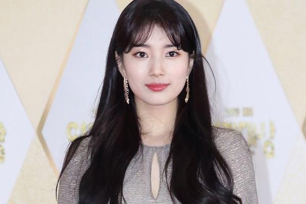 Suzy pose en couverture d'Elle Korea