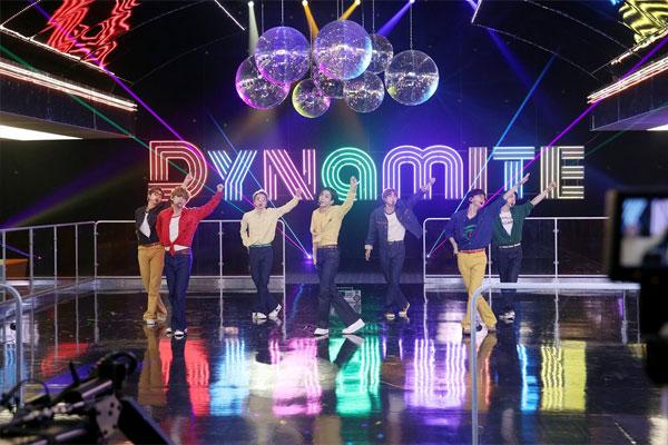 بي تي إس تفوز بجائزتين في حفل توزيع جوائز الموسيقى الأمريكية