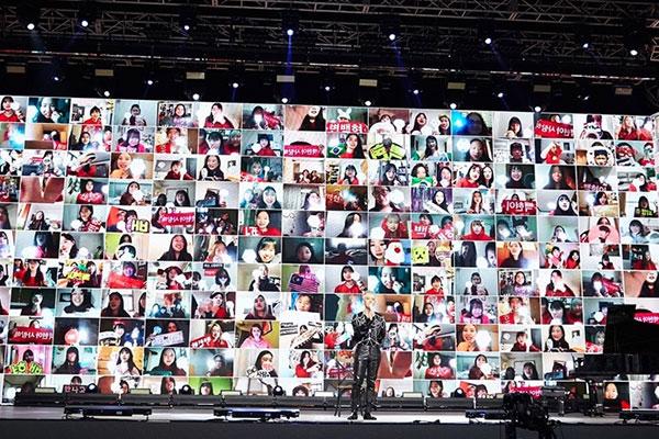 الحفل الغنائي الافتراضي للمطرب بيك هيون يجذب 110 آلاف مشاهد