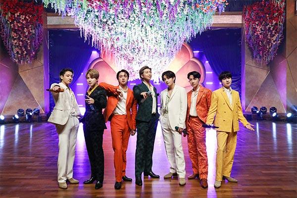 BTS là nghệ sĩ nam đầu tiên có hai ca khúc đạt 10 triệu lượt streaming trong tuần trên Oricon