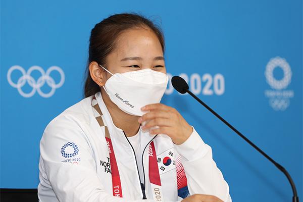 Park Ji-hoon chúc mừng nữ vận động viên Yeo Seo-jeong đoạt huy chương tại Olympic Tokyo