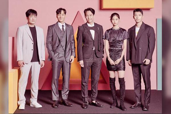 أعضاء فريق التمثيل في مسلسل لعبة الحبار يظهرون في برنامج تلفزيوني أمريكي
