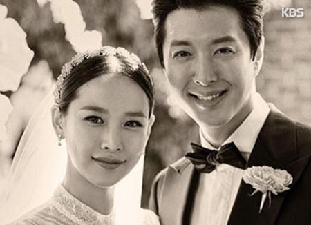Lee Dong Gun dan Jo Yoon Hee menyambut anak perempuan pertama mereka