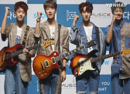 Türkische Fans belagern den Flughafen und heißen K-Pop-Stars willkommen