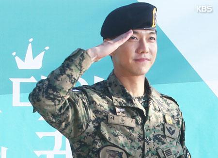 المطرب لي سونغ كي ينهى خدمته العسكرية