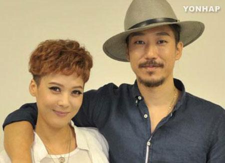 Tiger JK et Yoon Mi-rae distribuent du lait aux enfants