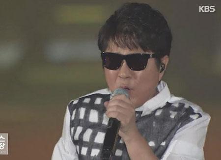 تشو يونغ بيل يحتفل بخمسين عاما من الغناء بعروض متجولة