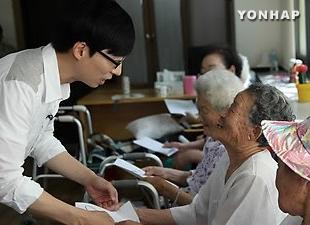 MC Yoo Jae-suk ủng hộ tiền cho nạn nhân nô lệ tình dục thời chiến