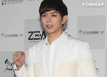 Trưởng nhóm Ze:A Moon Jun-young tạm ngưng hoạt động