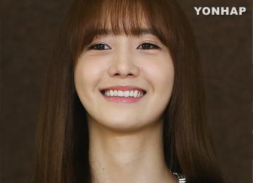 Yoona mendapatkan penghargaan di acara wisuda Universitas Dongguk