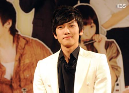 Nam diễn viên Ji Chang-wook nhập ngũ vào tháng 8