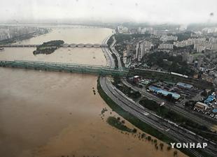 豪雨で漢江本流に9年ぶり洪水注意報発令