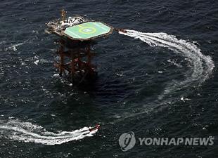 岩礁の「イオ島」  日本防空識別区域内