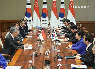 Park Holds Summit with Singaporean PM