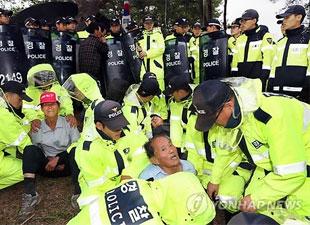 Polizisten bauen Hütten von Demonstranten in Miryang ab