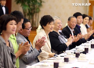 Pres. Park Praises Exemplary Volunteers over Lunch