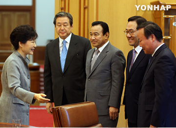 Park Meets Ruling Party Leaders to Discuss Pending Issues