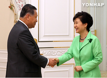 Abe Asks Park to Hold Seoul-Tokyo Summit in Fall