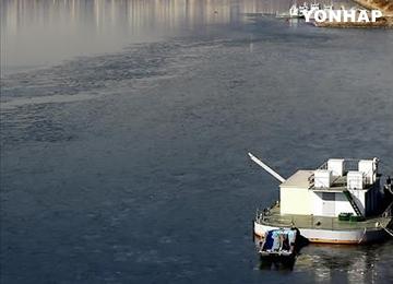 Река Ханган в Сеуле покрылась льдом