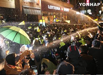 「セウォル号」犠牲者遺族らがデモ行進 警察と衝突