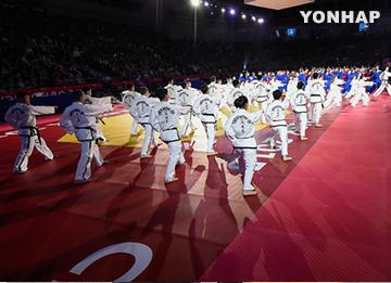 Tiết mục đồng diễn của Bắc Triều Tiên tại lễ khai mại Giải vô địch Taekwondo thế giới