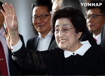 """이희호 여사 평양 도착···""""남북 대화·교류협력 계기 되길"""""""