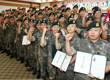 Tổng thống khích lệ các binh sỹ tự nguyện kéo dài thời hạn thực hiện nghĩa vụ quân sự