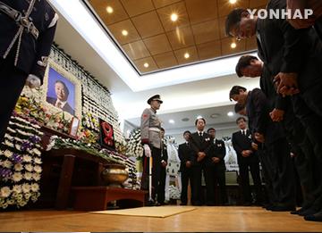 Continúan las visitas al féretro del expresidente Kim Young Sam
