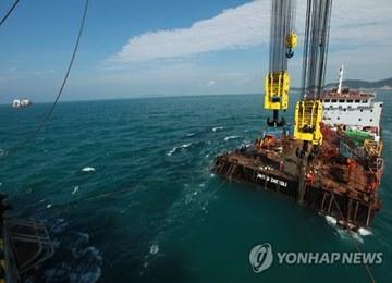 Instalan con éxito vigas de acero para levantar hundido ferry Sewol