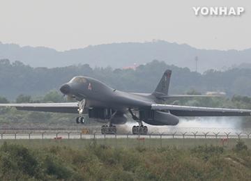 米戦略爆撃機B1B 烏山空軍基地に着陸