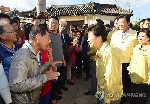 الرئيسة بارك تزور المناطق التي ضربها الزلزال في كيونغ جو