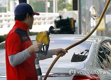 ガソリン価格上昇 政府は税率引き下げへ