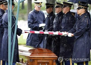 Depositan los restos de 500 soldados de la Guerra de Corea en el Cementerio Nacional