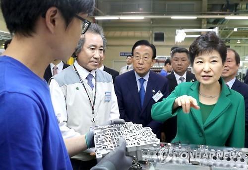 Presiden Park Geun-hye Berkunjung ke kawasan Industri Nasional Gumi