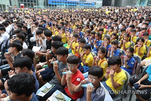 Ocarina Performance by 8,647 Residents Sets Guinness Record