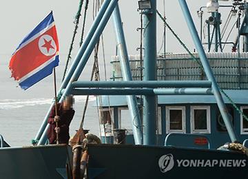 """나포 중국 어선에 인공기···""""북한에 입어료 내고 조업"""""""