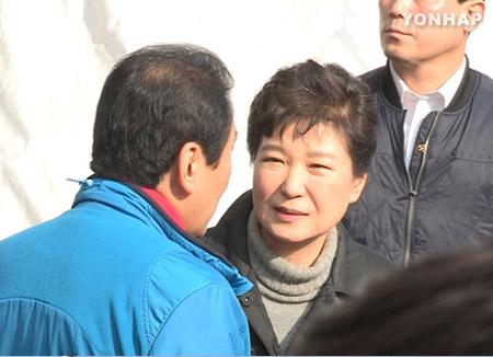朴大統領 大邱西門市場の火災現場を訪問