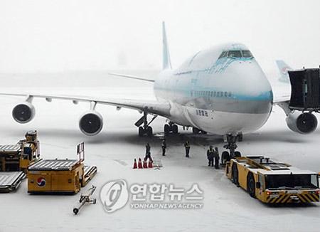 Tuyết rơi dày cản trở hoạt động hàng không tại Hàn Quốc