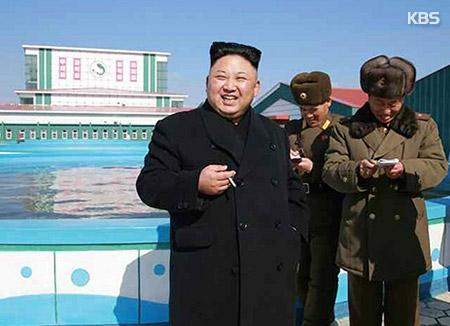 Kim Jong-un s'affiche tout sourire pour sa 2e apparition depuis la mort de son demi-frère