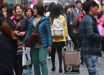 韓国と中国の間の観光客がおよそ半分に減少